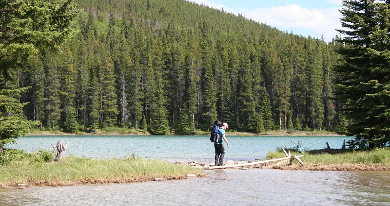 Wandelen bij Lake Minnewanka, Banff National Park