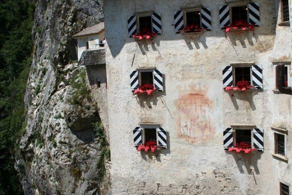 Predjama Castle in Slovenië - Annemarie Smit