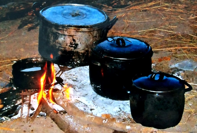 Koken op houtvuur in de Okavango Delta, Botswana