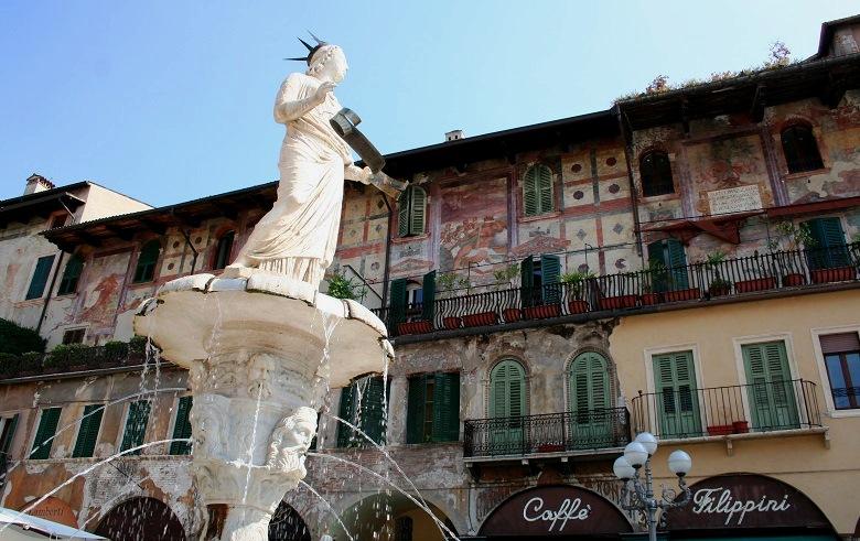 Fontein met beeld op Piazza del Erbe