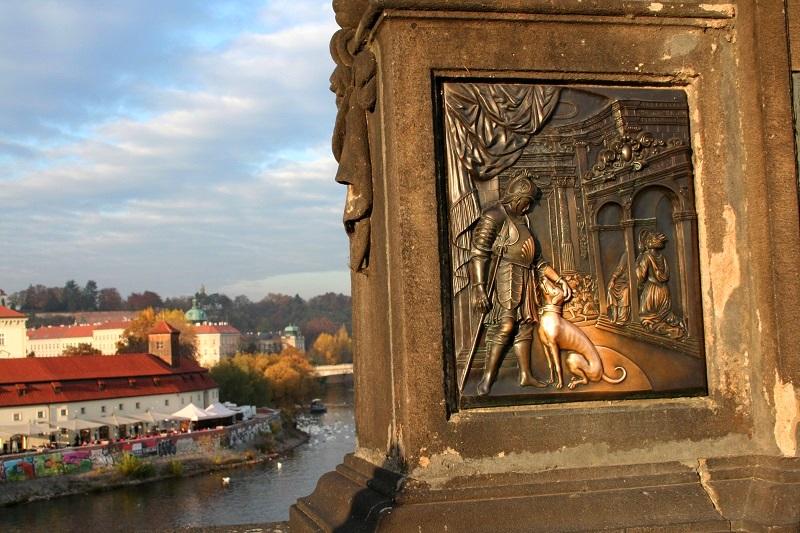 Gouden hondje op de Karelsbrug in Praag