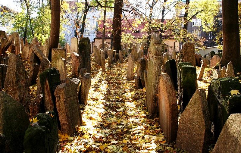 Fotoverslag: De Joodse Begraafplaats in Praag | Is het nog ver?