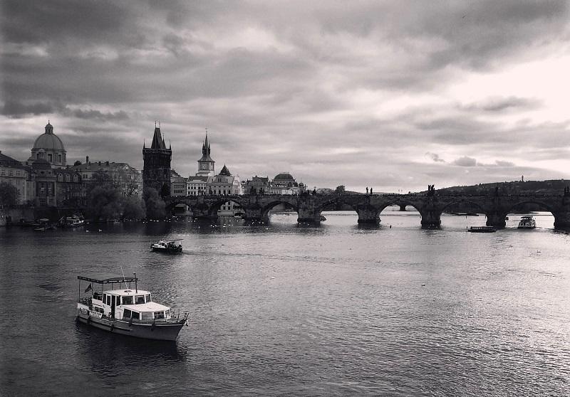 De Karelsbrug over de rivier de Moldau